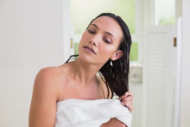 お風呂上がりに髪の毛を自然乾燥しているイメージ
