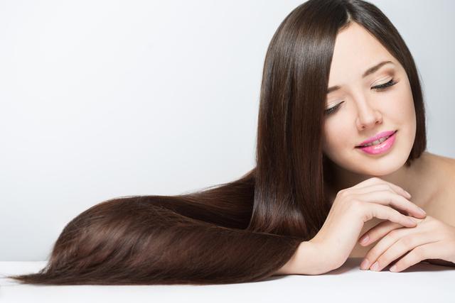 髪の毛がさらさらな女性のイメージ